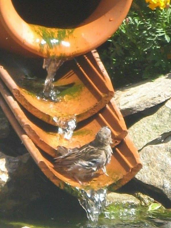 fabriquer déco jardin en tuiles de terre cuite cascade d'eau diy