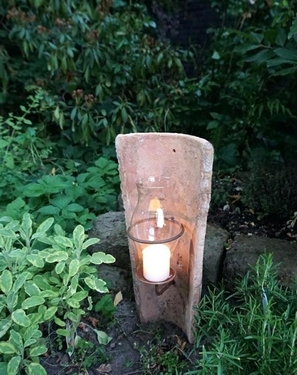 fabriquer déco jardin en tuiles de terre cuite chandelier enfoncé dans le sol diy