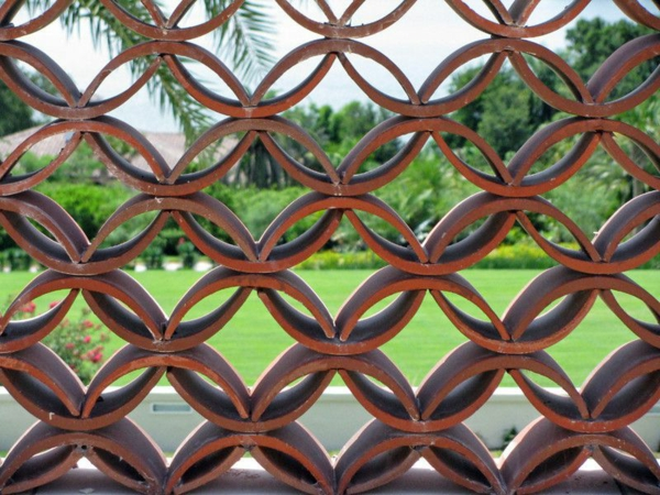 fabriquer déco jardin en tuiles de terre cuite clôture de jardin diy