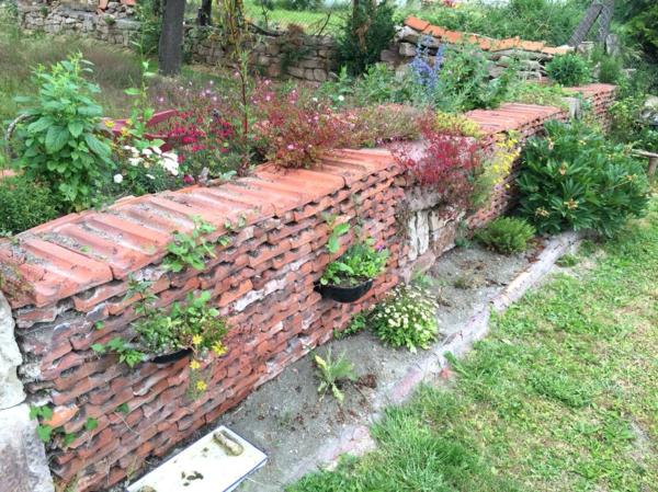 fabriquer déco jardin en tuiles de terre cuite clôture jardin diy