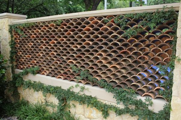fabriquer déco jardin en tuiles de terre cuite mur de jardin diy