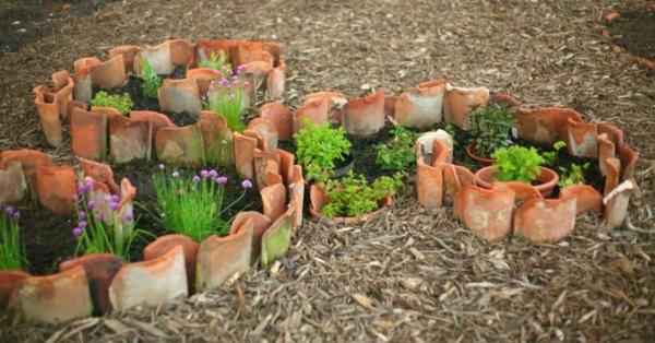 fabriquer déco jardin en tuiles de terre cuite plate-bande de forme artistique