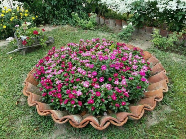 fabriquer déco jardin en tuiles de terre cuite pot géant