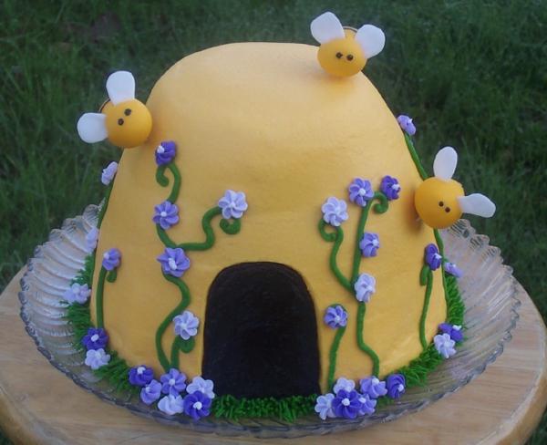 gâteau nid d'abeille décoré de fleurs en violet