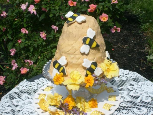 gâteau nid d'abeille décorés de biscuits abeilles