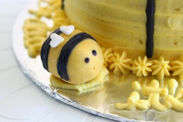 gâteau nid d'abeille petite abeille en pâte à sucre