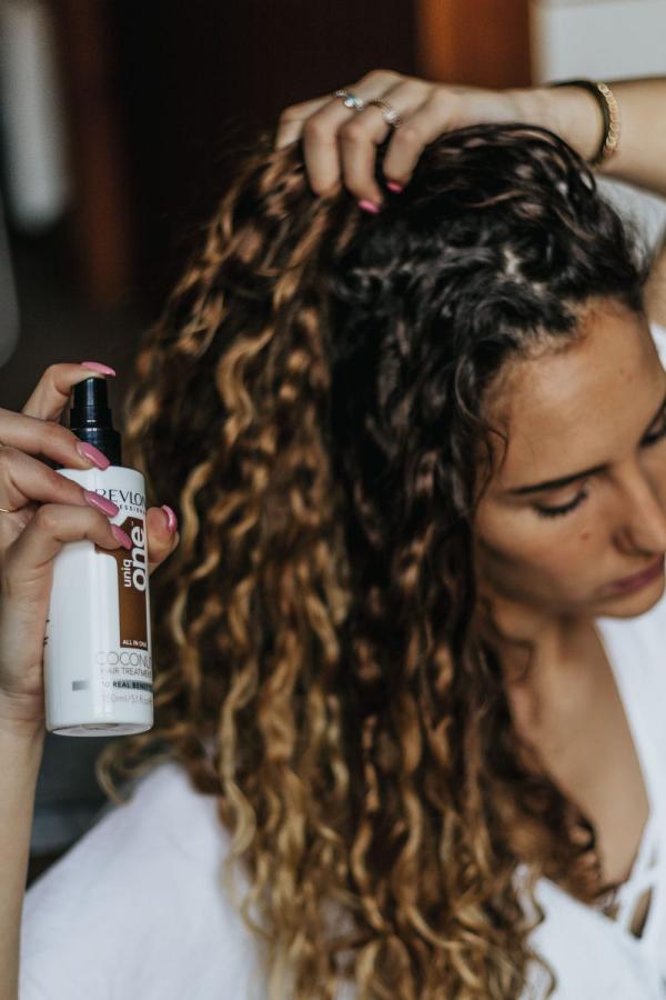 les cheveux frisés huile de coco