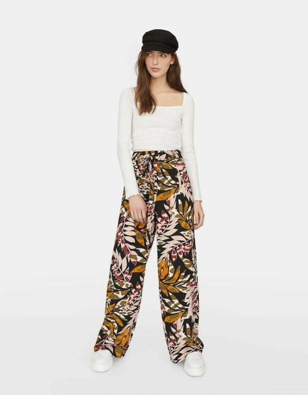 pantalon fluide à motifs floraux blouse blanche manches longues baskets blancs