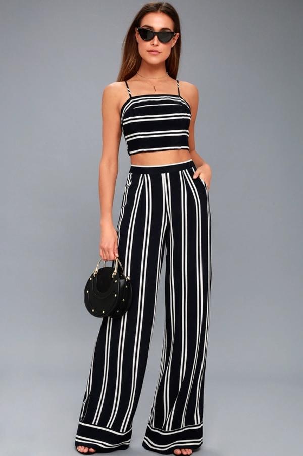 pantalon fluide à rayures blanc et noir crop top rayé bretelles fines