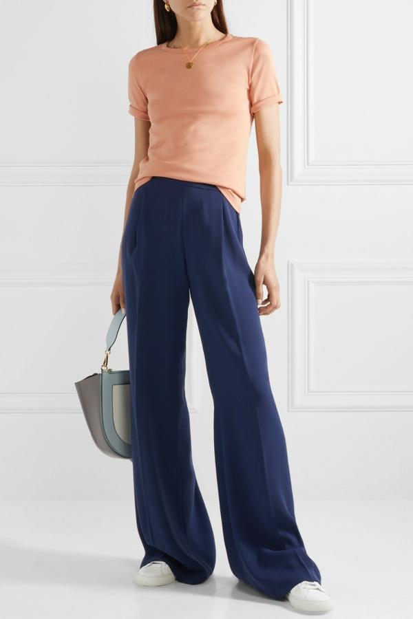 pantalon fluide bleu foncé t-shirt pastel baskets blancs