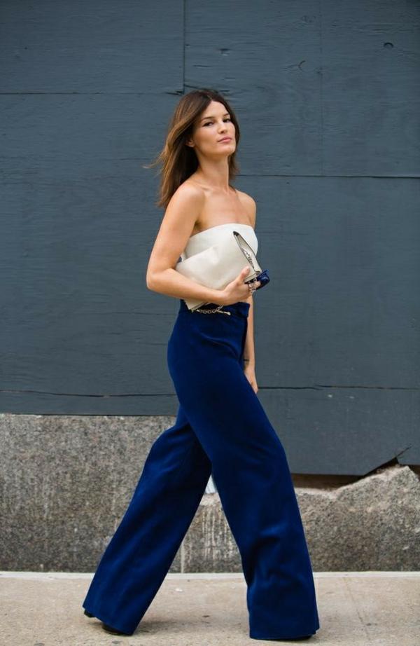 pantalon fluide bleu foncé top blanc sans bretelles