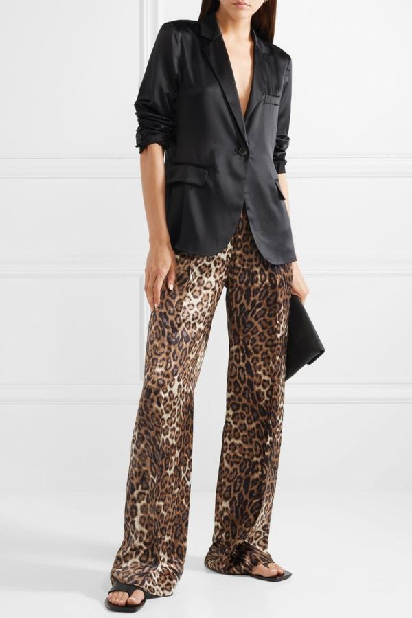 pantalon fluide en soie imprimé animal chemise noire maches courtes