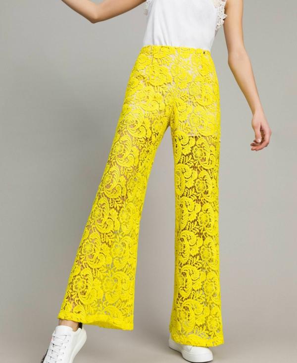 pantalon fluide jaune en dentelle top blanc