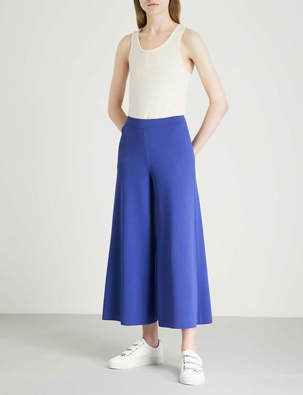 pantalon fluide jupe culotte bleue top épuré baskets