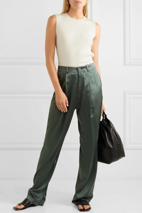 pantalon fluide kaki top couleur crème sans manches