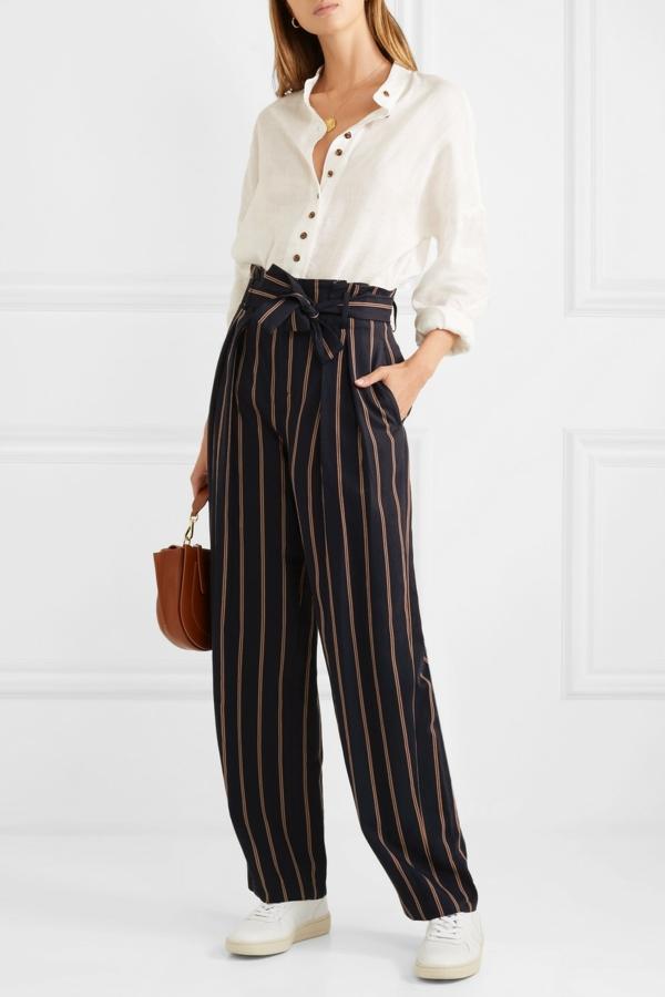pantalon fluide noir ceinturé chemisier boutonné baskets blancs