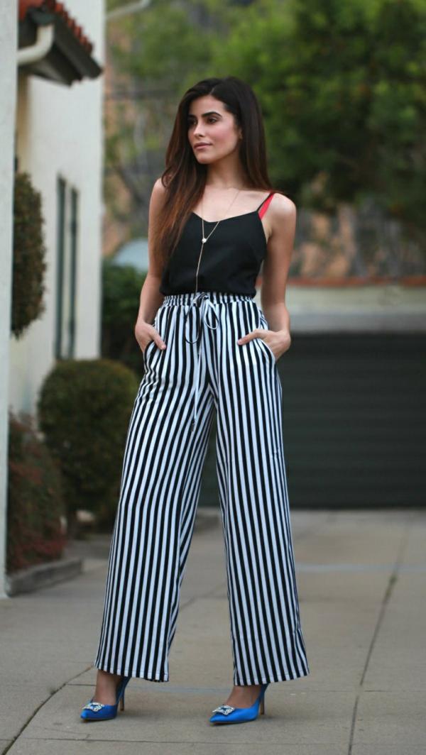 pantalon fluide rayé top noir à bretelles escarpins bleus