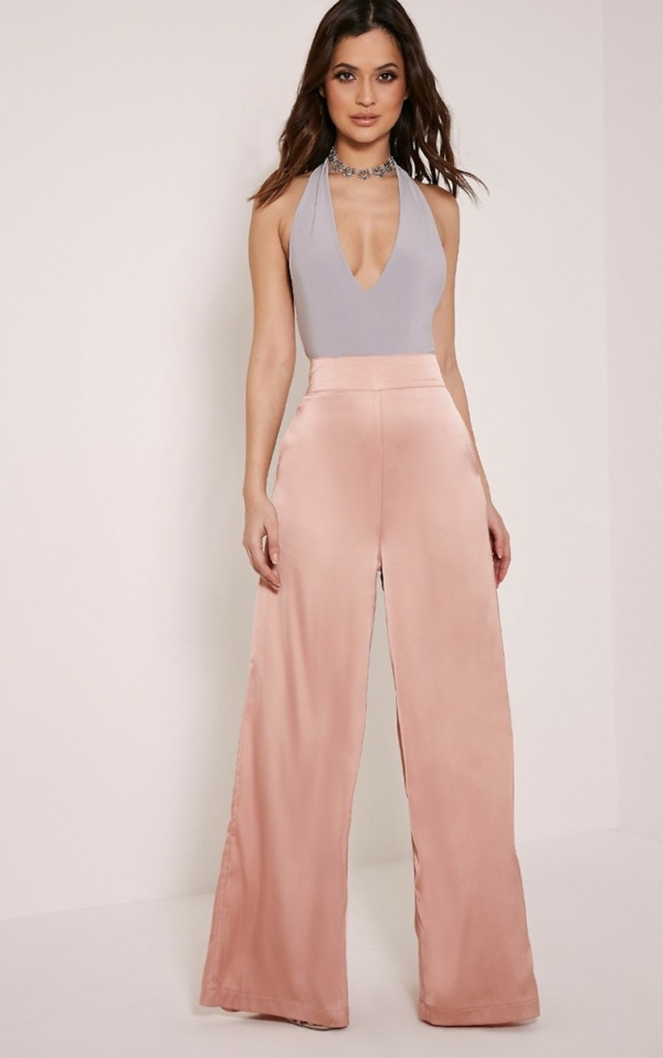 pantalon fluide rose poudré top decolleté en V