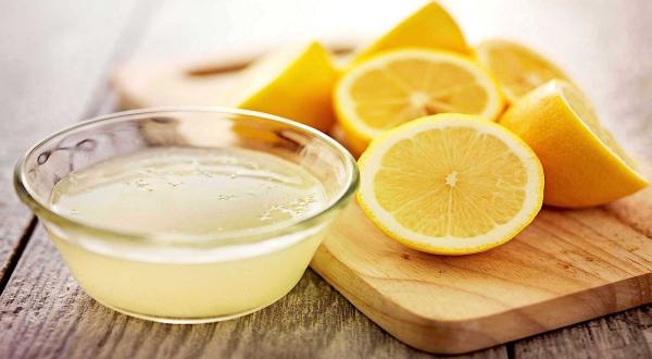 planche à découper cuisine en bois nettoyer avec du citron