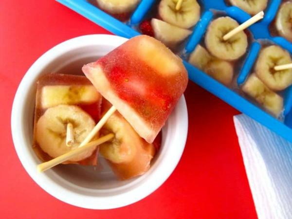 préparer des sucettes glacées aux fruits dans un moule à glace