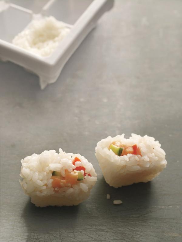 préparer du sushi en cubes dans un moule à glace
