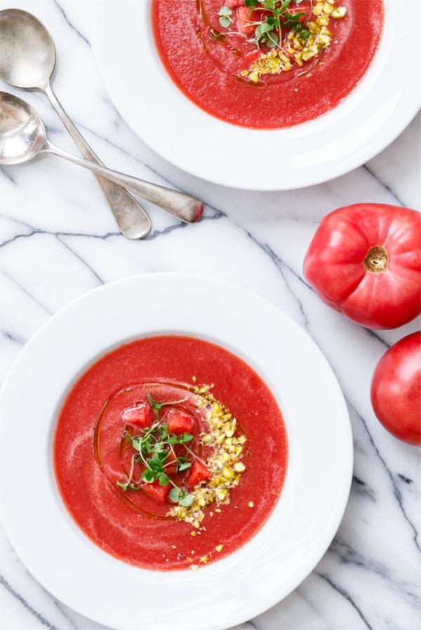 recette gaspacho à la pastèque à la tomate aux pistaches et à l'huile de basilic