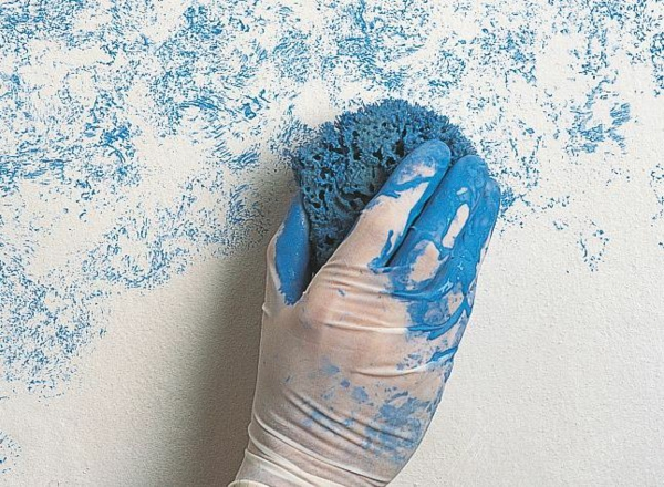 technique peinture à l'éponge sur base blanche