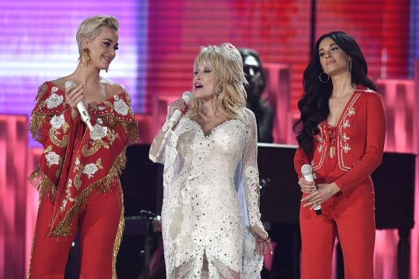 Katy Perry Dolly Parton à côté