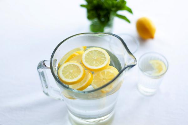 alcaliniser l'eau citrons dans l'eau