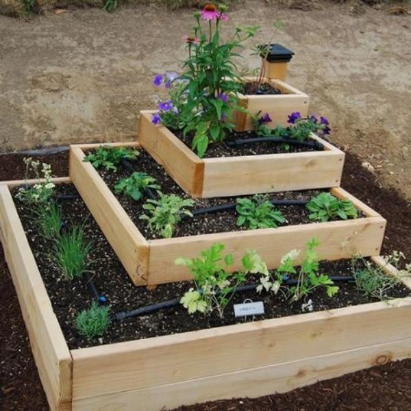 aménagement jardin paysager pyramide en bois
