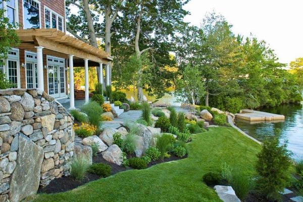 aménagement jardin paysager rocaille devant le villa