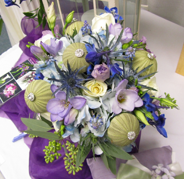 bouquet de fleurs décoré d'oursins de mer