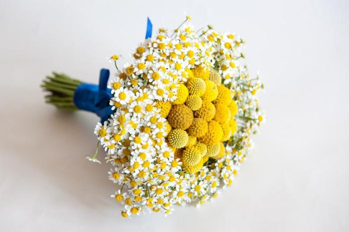 bouquet de mariée champêtre aux craspedias et camomille