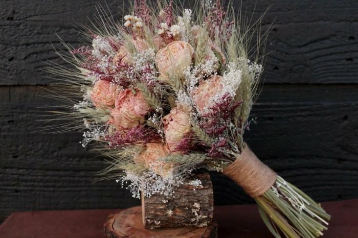 bouquet de mariée champêtre aux fleurs séchées et épi de blé