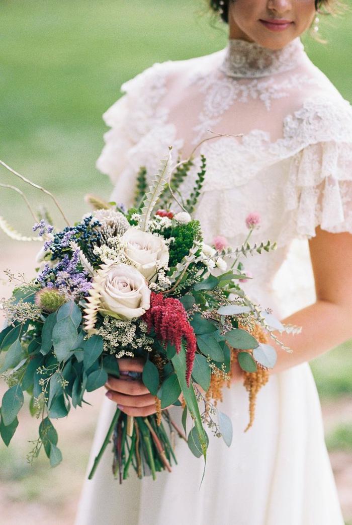 bouquet de mariée champêtre avec des roses blanches