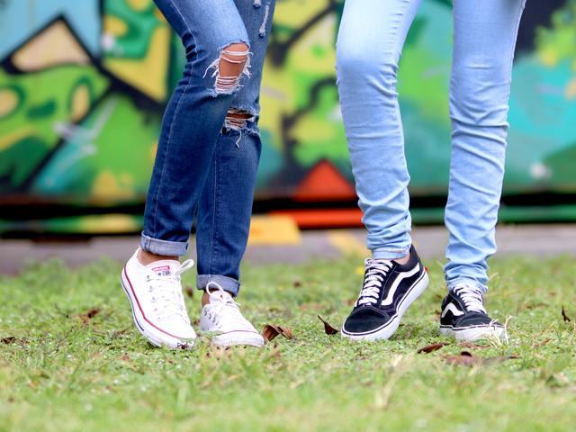 comment laver les jeans correctement déchirés aux genoux