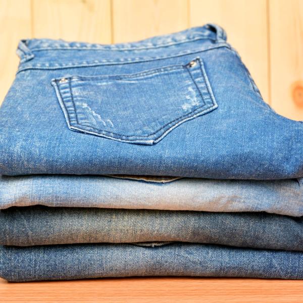 comment laver les jeans correctement séchés et pliés