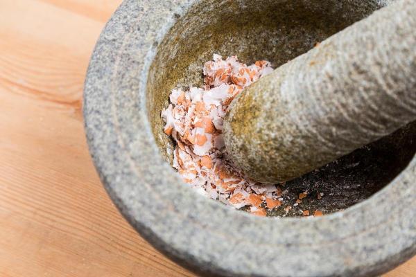 coquillage des oeufs écraser dans un bol