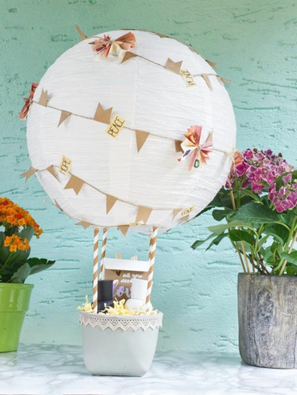 diy déco ballon volant avec un pot de plante et lanterne