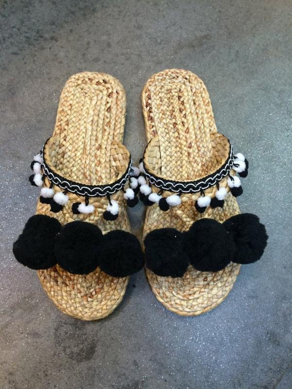 diy sandales pompon pour femme en noir et blanc