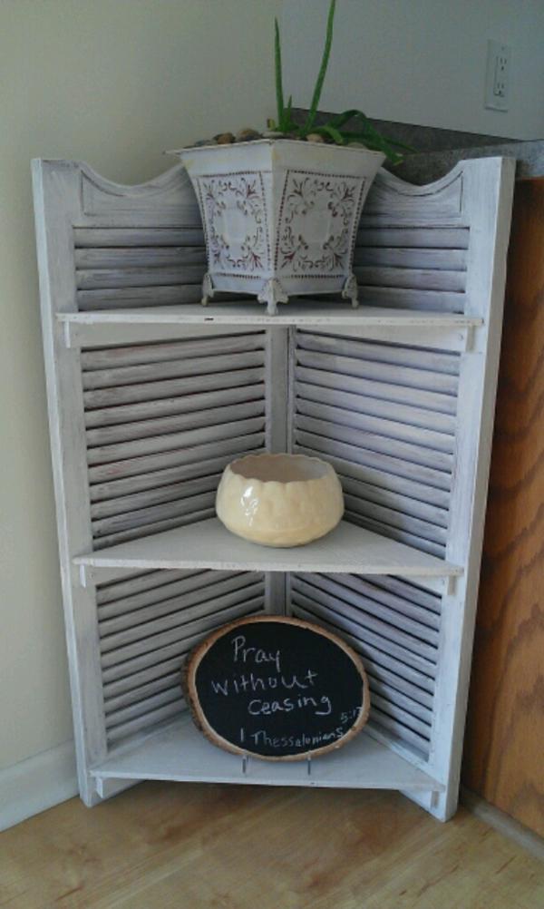 faire une petite étagère à partir de volet fenêtre
