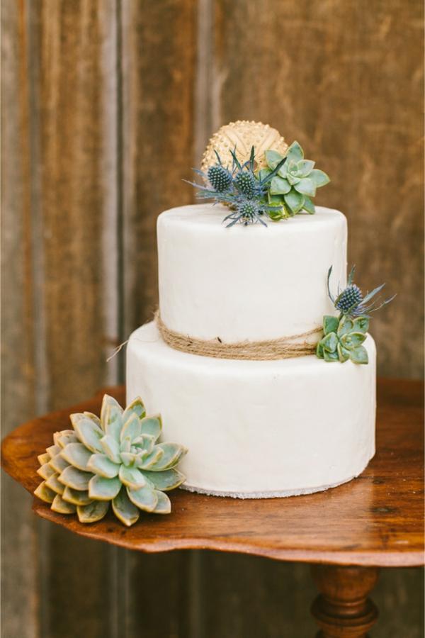 gâteau de mariage décoré d'oursin de mer