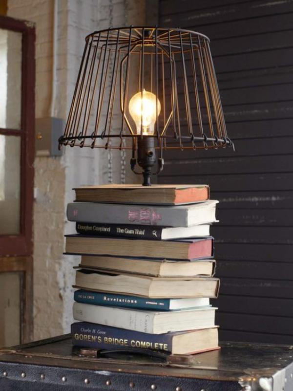 lampe chevet pile de vieux livres