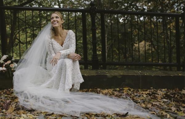 mariage parfait sur un tapis de feuilles
