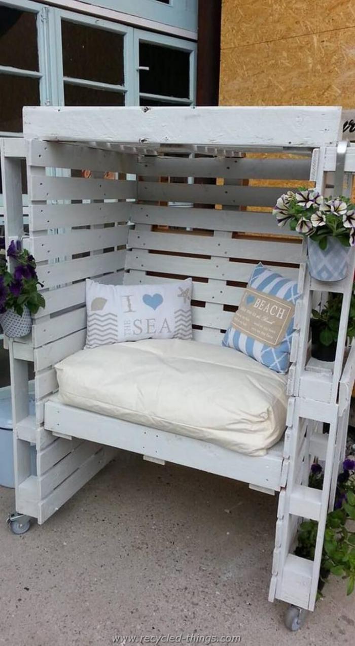meubles en palette un petit sofa