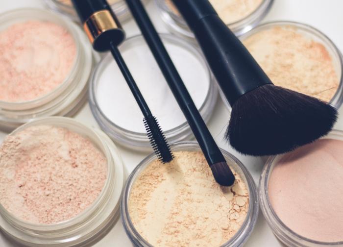 poudre maquillage femme testeuse beauté