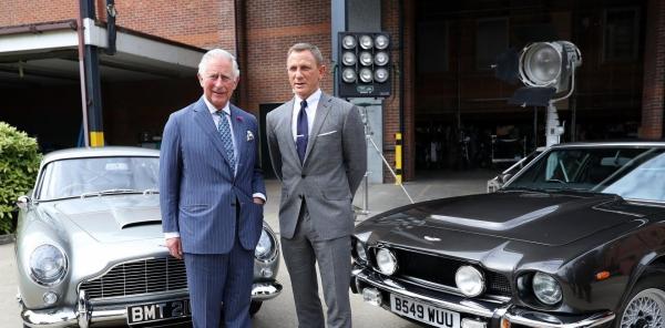 prince Charles devant les voitures