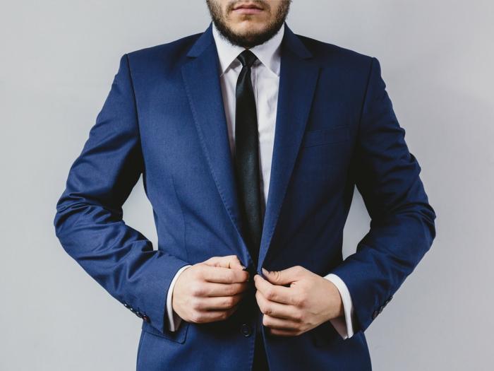 style vestimentaire homme cravate couleur unie avec chemise blanche