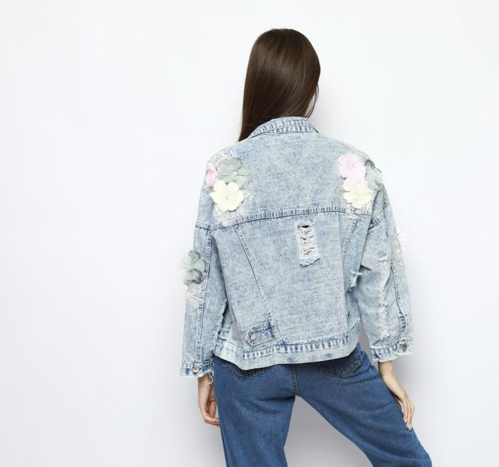 veste en jean avec des fleurs tendances automne-hiver 2019 2020