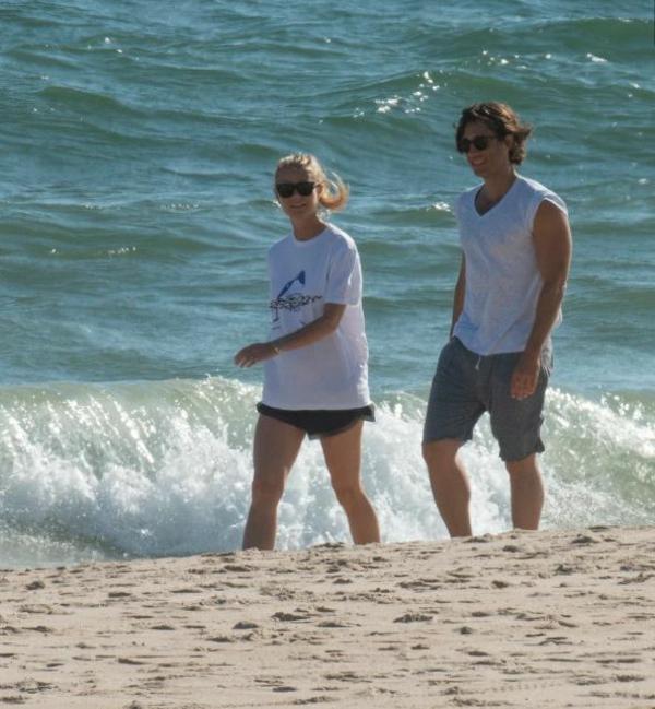 Gwyneth Paltrow et Brad Falchuk sur la plage